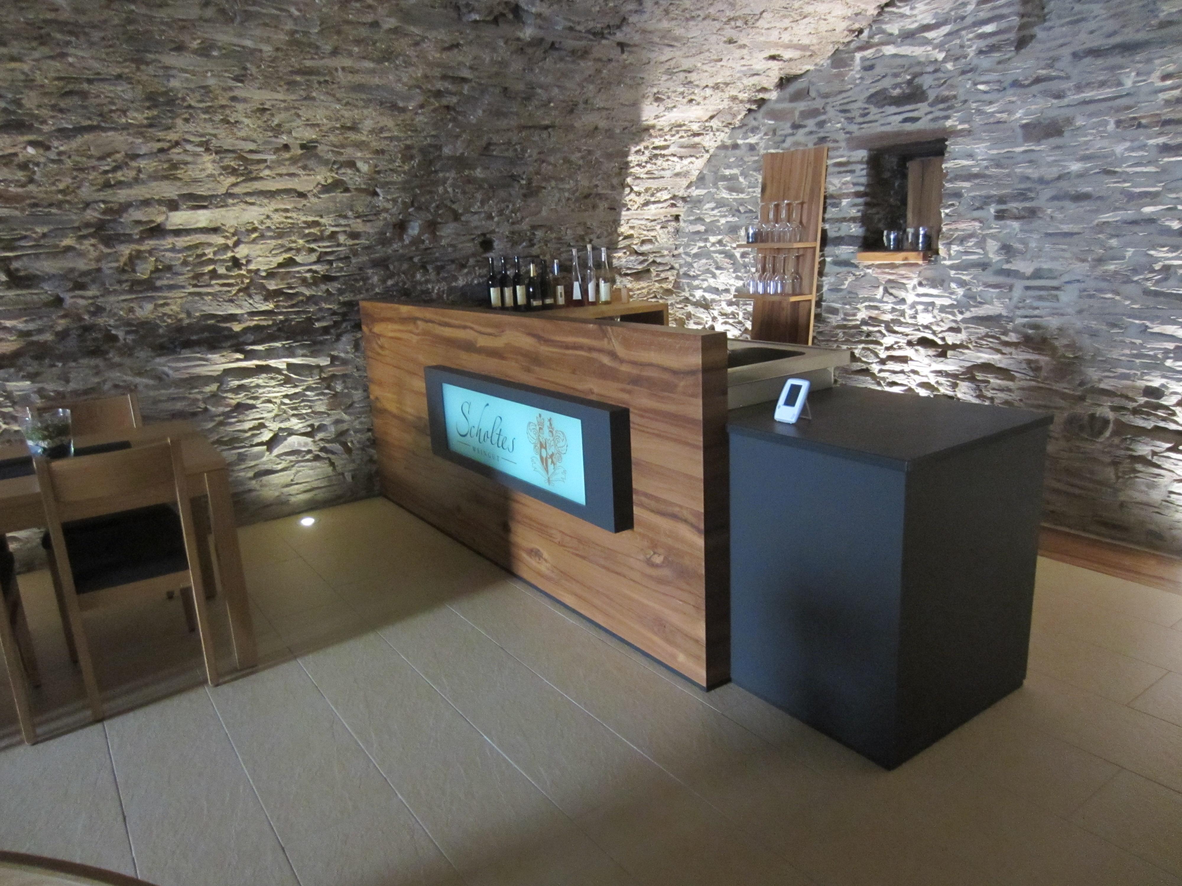 Ausschank im Weinkeller: Alteiche, Linoleum, Schiefer
