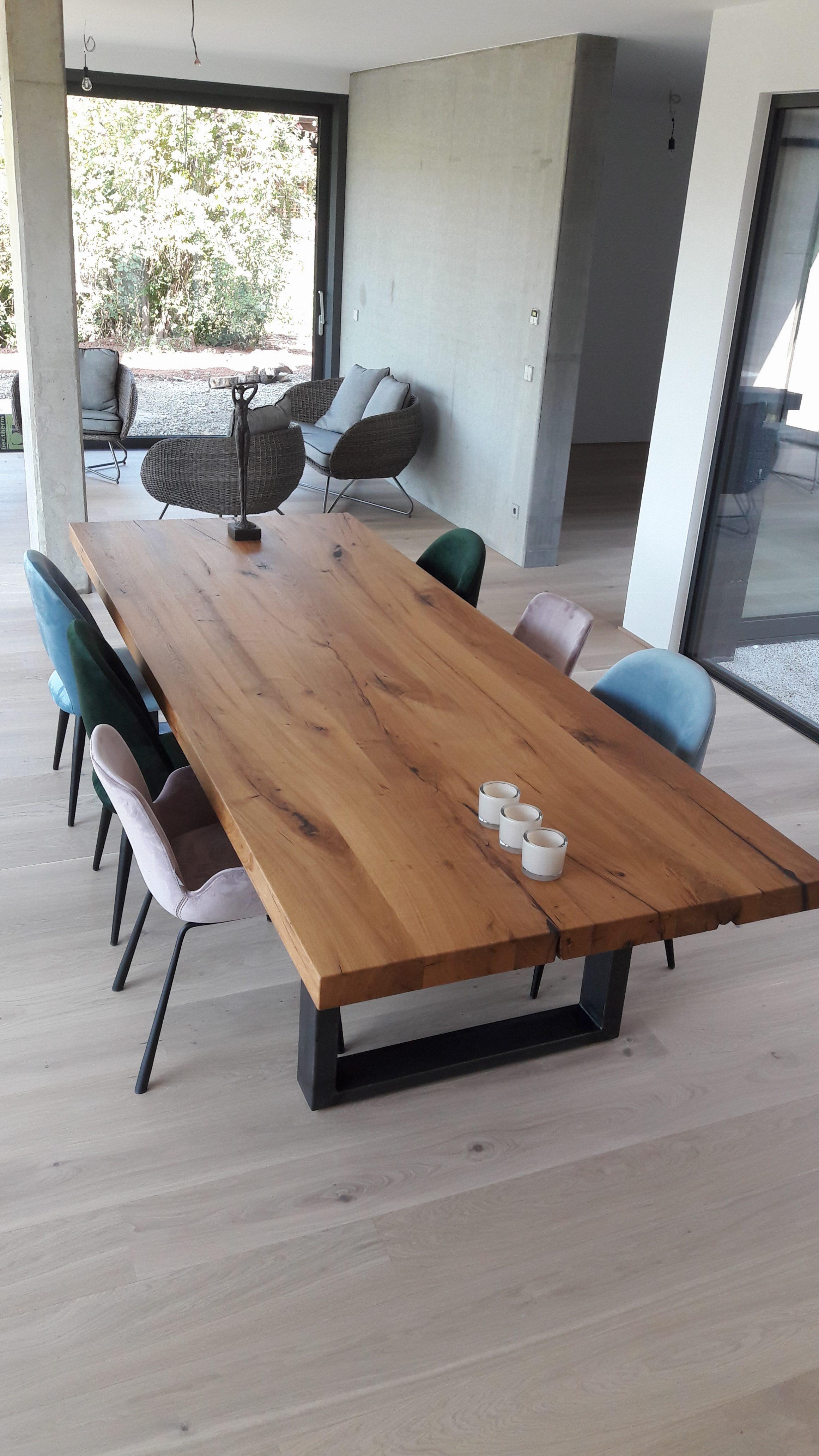 Tisch in Alt-Eiche und Stahl