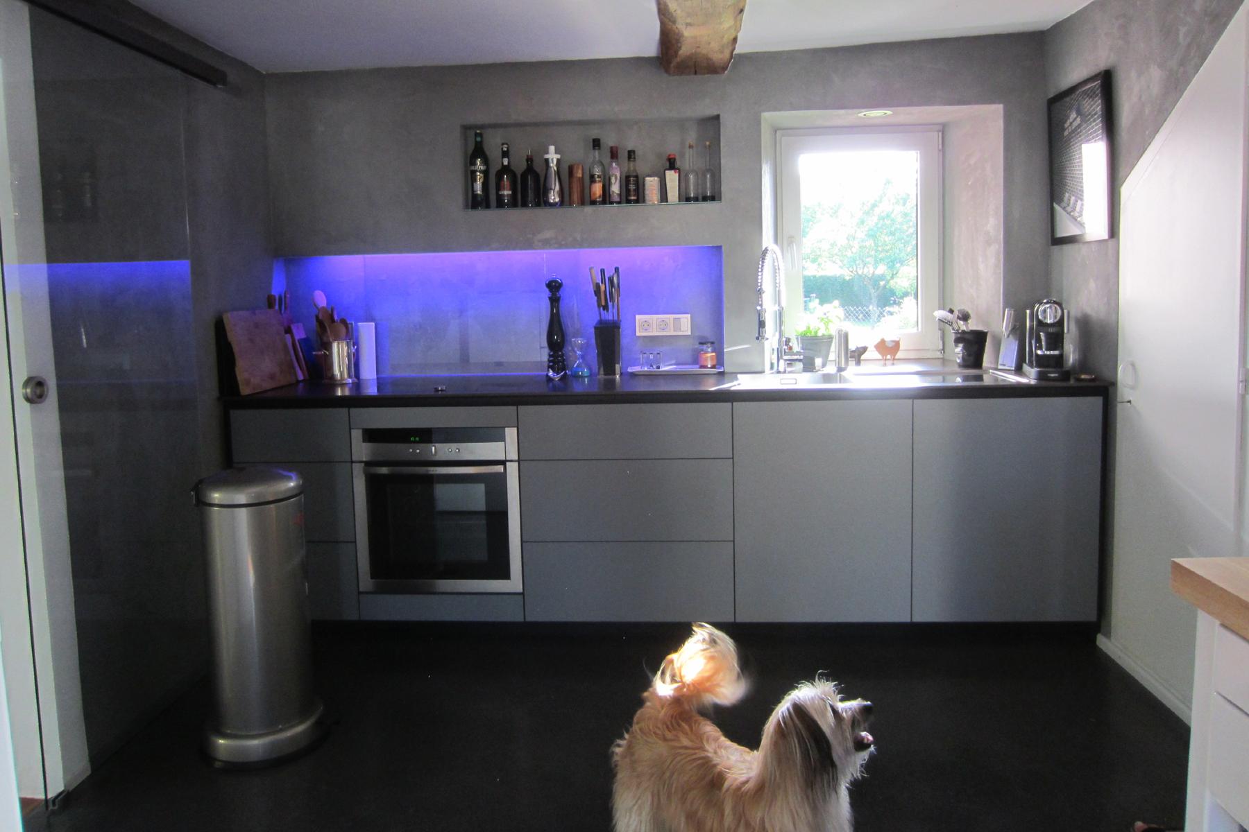 Küchenzeile mit Linoleum-Front, Arbeitsplatte Silestone